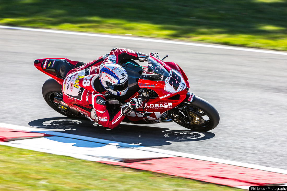Bradley Ray, not only getting his knee down but his elbow too! Buildbase Suzuki, GSX-R 1000