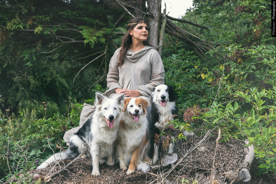 Lúmena, a lover of animals. How cute and well behaved are these lovely dogs?